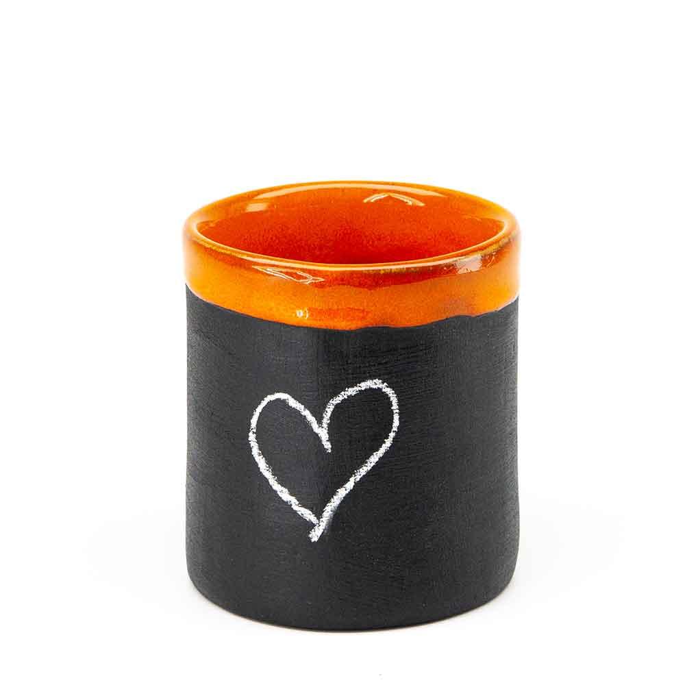 Táblakrétával írható-rajzolható bögre. Narancssárga szegély. 2dl. Krétával rajzolt szív.