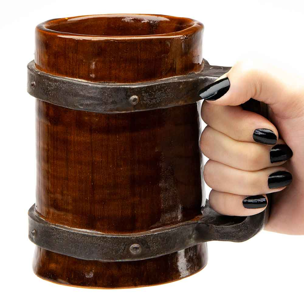 Steampunk szegecses korsó női kézben. Kupa. Barna és fém hatású mázas kerámia. 5dl.
