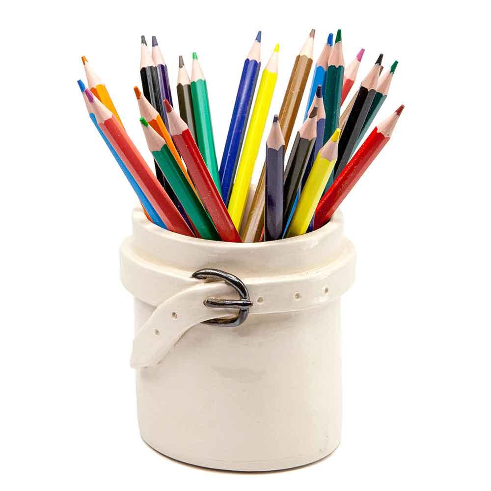 Fehér mázas bögre, fehér derékszíj öv díszítéssel. Fémhatású mázas csat. Bőröves bögre színes ceruzákkal. Ceruzatartó kerámia.. 3dl.