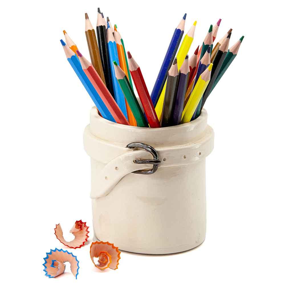 Fehér mázas bögre, fehér derékszíj öv díszítéssel. Fémhatású mázas csat. Bőröves bögre színes ceruzákkal és ceruzahegyezővel. Ceruzatartó kerámia.. 3dl.