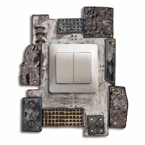 Kerámia keret villanykapcsolókhoz. Fém hatású máz, ipari dizájn.